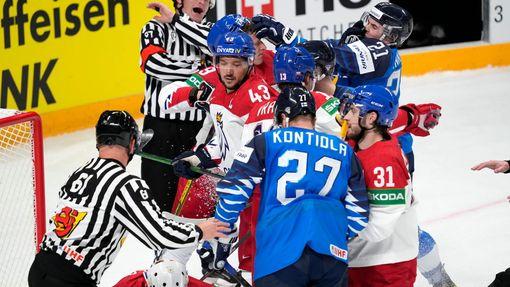 Souboj před českou brankou ve čtvrtfinále Česko - Finsko na MS 2021