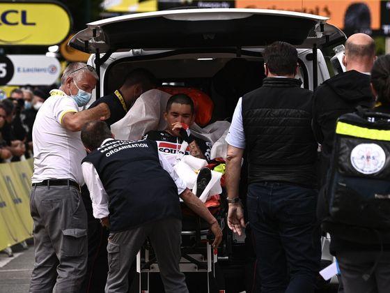 3. etapa Tour de France 2021: Otřesený Caleb Ewan v péči zdravotníků.