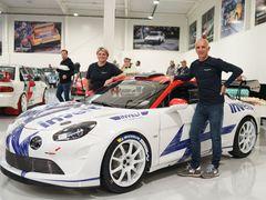 Francois Delecour a navigátorka Sabrina de Castelliová pózují s Alpine A110 Rally RGT